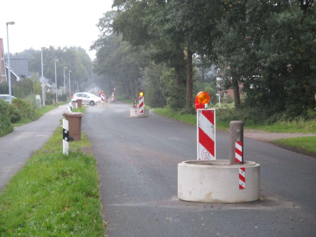 Gefährliche Verkehrsberuhigung auf Schulweg - Straße an der Schule in Wüsting schikanös verkehrsberuhigt