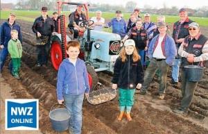 Pflanzaktion mit 16 PS und Handarbeit  Treckerfreunde Wöschenland bereiten Kartoffelacker für die Landtage Nord vor